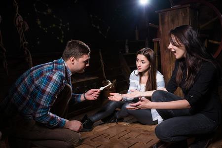 Junge Leute freuen sich, dass sie ein Rätsel gelöst haben und aus der Falle herauskommen, dem Raumspielkonzept entkommen Standard-Bild