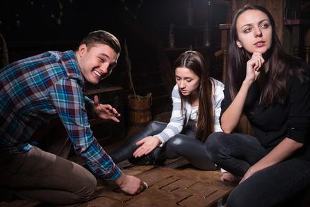 若者が考えるとトラップから抜け出す、エスケープ部屋ゲームのコンセプトに難問の可動 写真素材