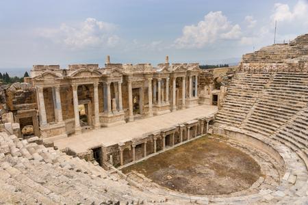 Die Kolonnade des Theaters und Amphitheaters in Hierapolis bei Pamukkale in der Türkei gehört heute zum UNESCO-Weltkulturerbe und war ursprünglich Teil eines alten Ferienortes rund um die heißen Quellen