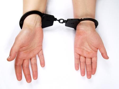 manacles: manos femeninas restringidas en esposas      Foto de archivo