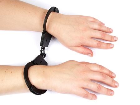 manacles: manos femeninas restringidas en esposas
