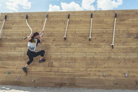 Rostov-on-Don / Rusia - abril de 2018: Equipo organizado corre con obstáculos en terreno accidentado con estructuras de madera sobre arena. Editorial