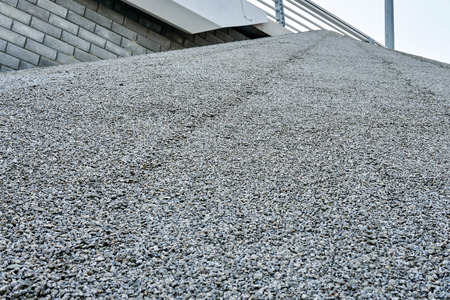 Texture of fine gravel glued to an inclined surface for beauty and strength Imagens - 106726542