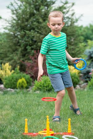 投げのゲーム少年リング夏公園内屋外