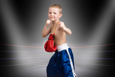 The child goes to his dream of becoming a boxer.Little champion in the ring.The big wins.