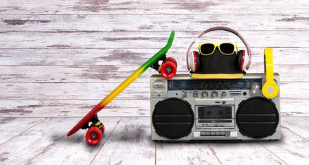 음악의 개념 힙합 스타일입니다. 헤드폰을 가진 빈티지 오디오 플레이어입니다. 스케이팅 보드, 유행 모자 및 sunglasses.isolated