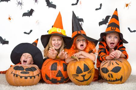 Niños alegres en disfraces de halloween celebrando halloween Foto de archivo - 88237987