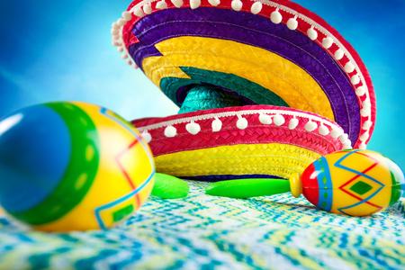 墨西哥。阔边帽和maracas在色的背景。