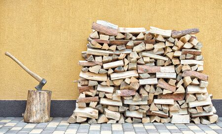Preparation of firewood for the winter. Firewood background. Background of dry chopped firewood. Wooden background.Stacks of Firewood. Banque d'images