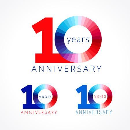 10 años. Aniversario número 10 th. Cara brillante felicitando logotipo. Los saludos celebran el conjunto de colores rojos, azules y blancos. Dígito teñido diez 0% de plantilla aislada. Logos