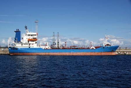 Der Tanker wird im Hafen festgemacht und geladen Kraftstoff