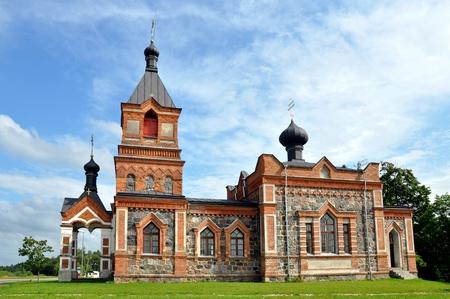 Die Kirche ist aus rotem Backstein und gr��ere Steinen gebaut