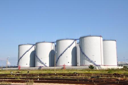 Gro�e wei�e Tanks f�r Benzin und �l Lizenzfreie Bilder