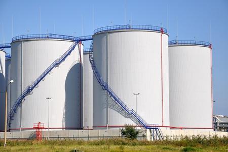 cisterne: Maggiore serbatoi di carburante bianco su uno sfondo di cielo azzurro Archivio Fotografico