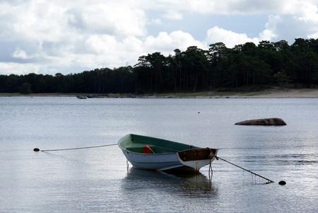 Das Boot auf dem Wasser wird von zwei Seiten eingehalten