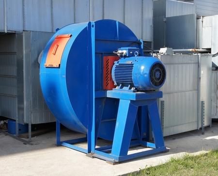모터쇼: 큰 진한 파란색 산업용 선풍기