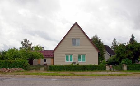 Das Holzhaus auf einem Hintergrund des Himmels
