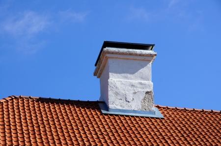 Das Dach und Schornstein mit blauer Himmel