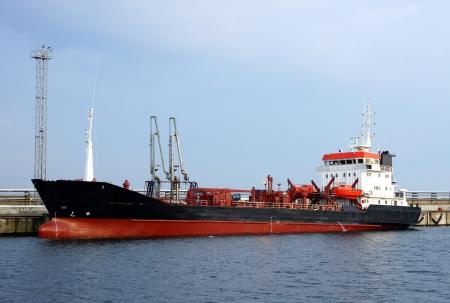 Der Tanker ist im Hafen festgemacht Lizenzfreie Bilder