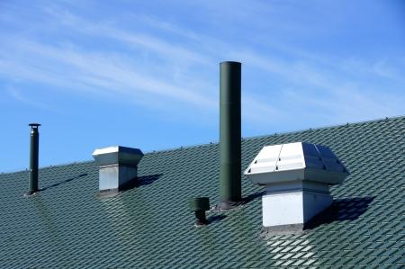 Rohr von L�ftungsanlagen sind auf einem Dach eines Geb�udes