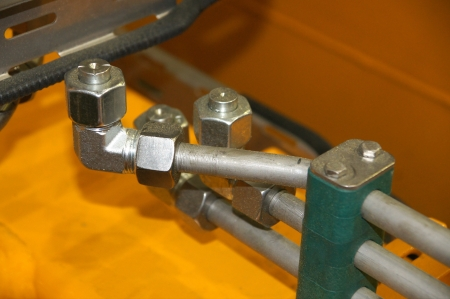 Steel connections and nuts on hydraulic pipelines