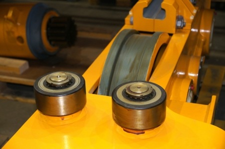 Directing bearings are established before a rail wheel