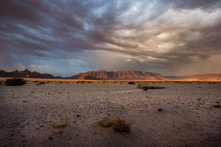 Mountains at sunset in the desert in Namibia Imagens