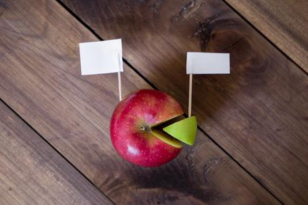 アップルから作成したグラフに画鋲で白い旗。創造的なビジネス コンセプトです。トップ ビュー