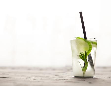 glas met verse citrus cocktail gemaakt van ijs op betonnen tafel. concept. ruimte voor tekst Stockfoto