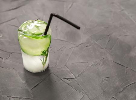 Glas met verse cocktail van ijs op betonnen tafel. concept. ruimte voor tekst