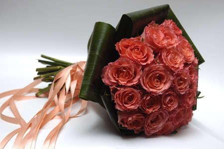 Bouquet de rosas con cinta sobre fondo gris con la boda