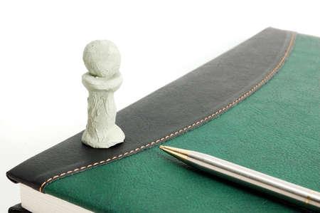 Carta de libro, lápiz y I