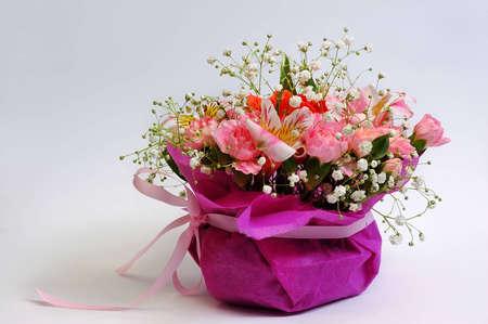 Ramo de flores en la cesta  Foto de archivo