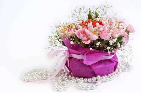 Ramo de flores en la cesta perl  Foto de archivo
