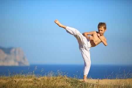 peleando: karate ni�o en la costa Foto de archivo