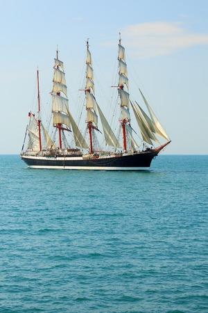 Stary żaglowiec na pełnym morzu