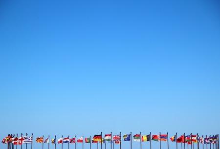 banderas del mundo: banderas internacionales contra el cielo