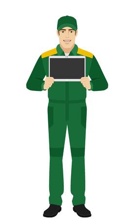personas de pie: Hombre en uniforme mostrando PC tableta digital en blanco. retrato de cuerpo entero del hombre de entrega o trabajador en un estilo plano. Ilustración del vector.