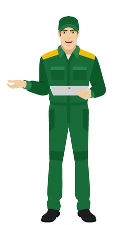 Trabajador que sostiene la tableta digital y el gesticular. Retrato de longitud completa del hombre o trabajador de entrega en un estilo plano.