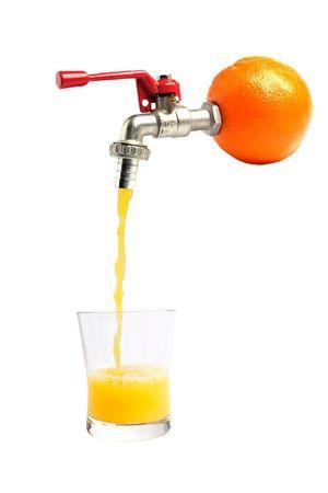 Succo d'arancia fresco versando straitght dal colore arancione in un bicchiere  Archivio Fotografico