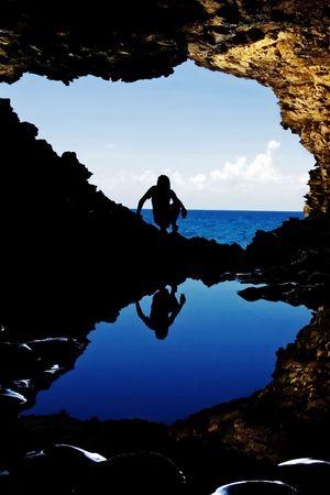 Riflessione di una figura femminile in acqua della caverna