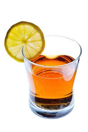 Bevanda del partito in un vetro con la fetta del limone, isolata su bianco