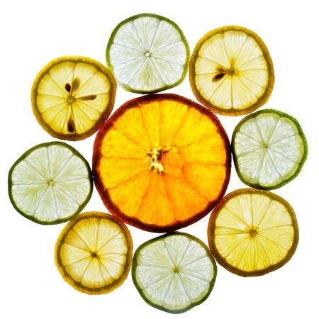 Cerchio di colore arancione, calce e limoni fette isolaetd su sfondo bianco