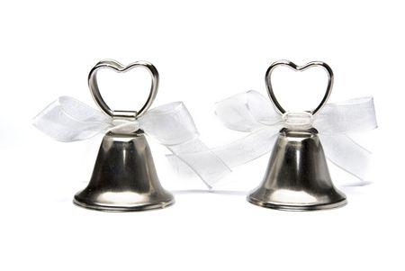 Due piccole campane di nozze isolati su sfondo bianco