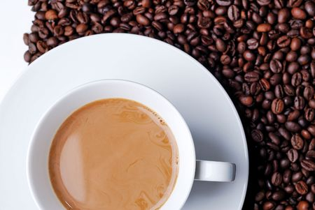 Top vista di una tazza di caff� riempito con chicchi di caff� in background  Archivio Fotografico