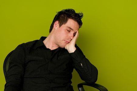 Giovane uomo in camicia nera, dormendo in sedia
