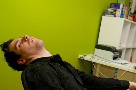 perezoso: Hombre joven en camiseta negras durmiendo en silla