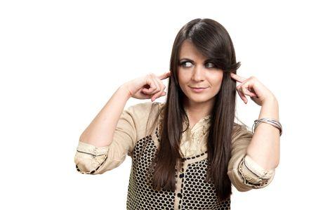 Attraente giovane ragazza con le dita nelle orecchie non ascolto isolata on white