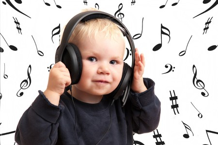 Bambino ragazzo ascoltando musica circondato con note musicali