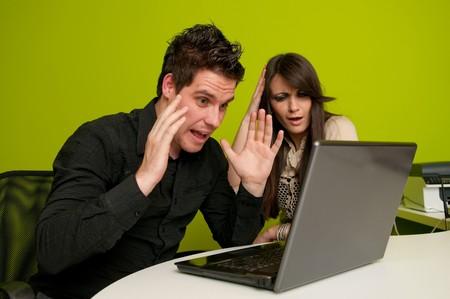 Grandi problemi per donna e uomo, lavorando su un computer portatile